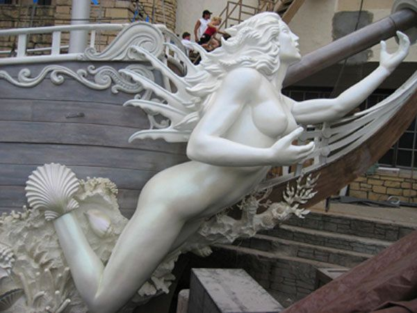 White Figurehead - maybe reaching for a nut?