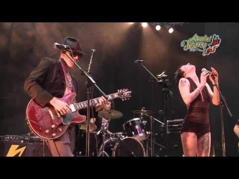 """Demi Mondaine chante """"Paris sous la Neige"""" au Mondial du Tatouage - YouTube"""
