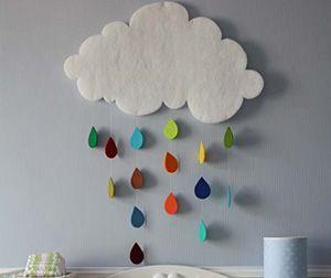 Vilten wolk met kleurrijke regen voor boven de commode