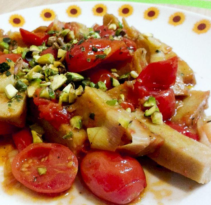 seitan alla mediterranea  Su #kitchengirl.it 7 ricette con il #seitan... Numero 4: seitan #Mediterraneo  http://www.kitchengirl.it/sette-giorni-in-tavola/7-seitan/ #pomodorini #pistacchi  #blog #tacchiepentole #cucinavegetariana #Veg #ricetta #cucina #amicincucina #lacucinaitaliana #cucinaitaliana #ricetteperpassione #pranzoitaliano #dolce_salato_italiano #clarinafood  #italianfoodbloggers #cucinoperamore