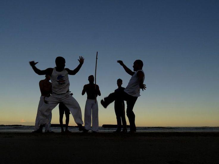 Пять причин, по которым нужно заняться капоэйрой   Капоэйра представляет собой бразильское боевое искусство, появившееся на свет во времена африканского рабства в Бразилии как средство защиты местных жителей от колонистов, которые экспортировали почти 40 процентов рабов в новый мир. Несвободные люди и замаскировали боевое искусство в танец.  Сейчас капоэйра стала популярной среди огромного количества людей, широко используется в киноиндустрии и игровой индустрии, например, в проектах Tekken…