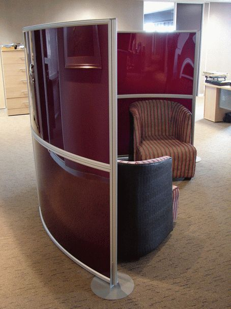 Floor based screen: free-standing curves. Open but private - modern living and work spaces #interiordesign #workspace