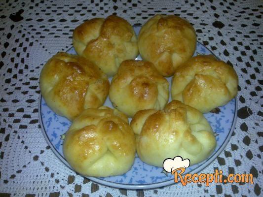 Recept za Ružice sa sirom. Za spremanje peciva neophodno je pripremiti jogurt, ulje, brašno, prašak za pecivo, so, jaja, sir.