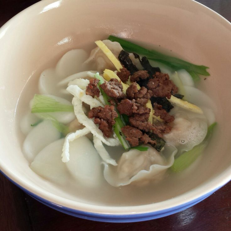 떡만두국 (Korean gimchee dumpling and rice cake soup)