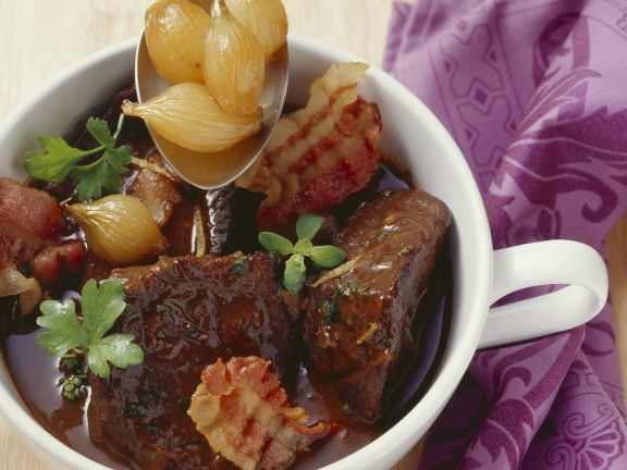 Geschmortes Rindfleisch mit Silberzwiebeln, Zitrone und Majoran ist ein Rezept mit frischen Zutaten aus der Kategorie Rind. Probieren Sie dieses und weitere Rezepte von EAT SMARTER!