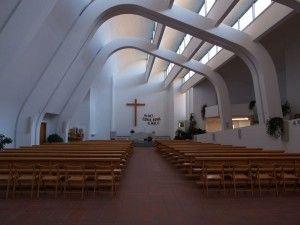 Interni della chiesa di Riola.