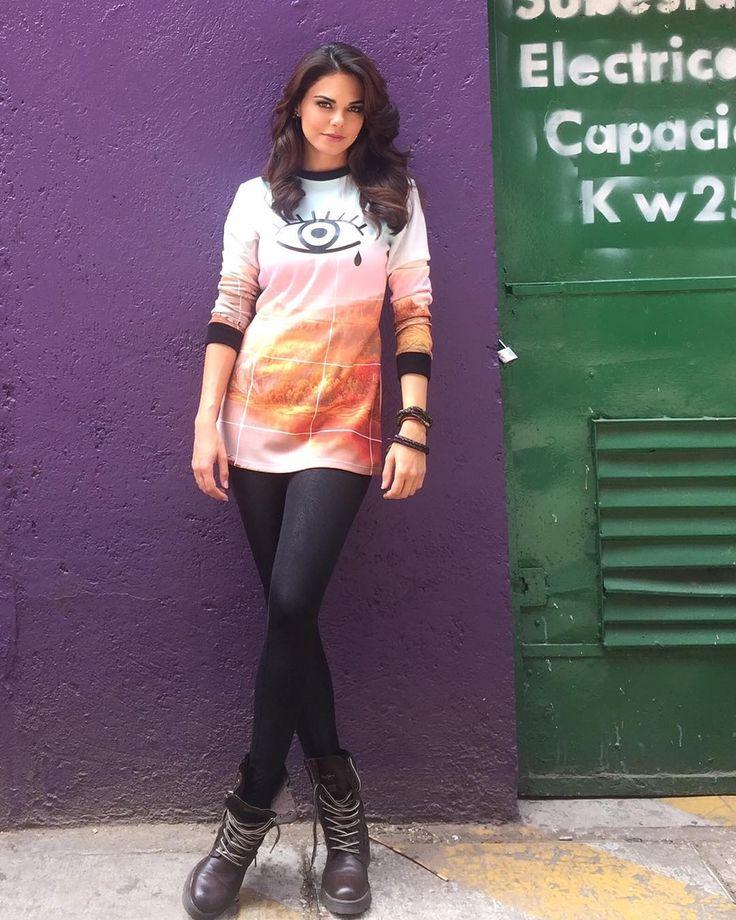 """Livia Brito """"Lista para grabar #gudnite con @diealfaro en la barra de @pmcanal5oficial, gracias a @nonamestudiomx por mi look ☝️ #liviabrito"""""""