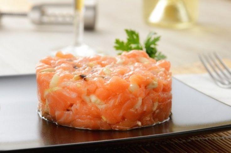 Eine feine Vorspeise, wenn man Gäste erwartet: das unkomplizierte Rezept für Lachstatar mit Limetten.