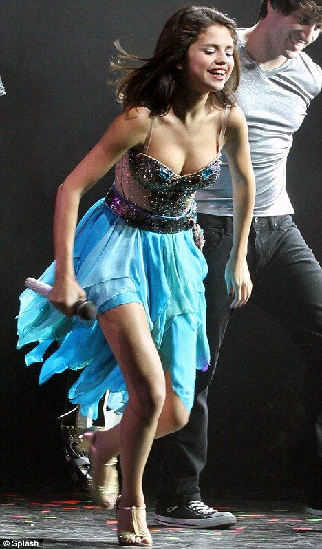 Selena Gomez Shows Off The Sexy Dance Moves That Won Her Talent Dance Pinterest Sexy