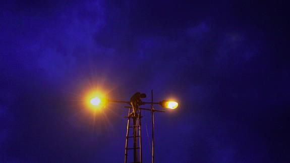 India is majorly changing the way its streets light up at night Read more Technology News Here --> http://digitaltechnologynews.com  India is changing the way its streets light up at night and its saving a lot of energy doing so.  SEE ALSO: India built the world's largest solar plant in just eight months  Earlier this week Indias union minister Piyush Goyal announced that more than 200000 streetlights in south Delhi have been replaced with LED bulbs as part of what he described as the…