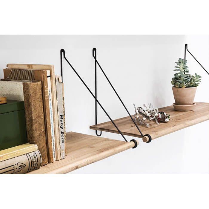 Bamboe muurplanken met zwarte staalframe van We Do Wood. De Loop Shelf is een decoratieve en flexibele plank voor aan je muur. In z'n eentje staat hij heel mooi, en met meerdere planken onder of naast elkaar heb je een compleet opbergsysteem.  De speciaal ontworpen lusvormige beugels zijn direct in de plank gemonteerd. Dat zorgt ervoor dat de plank tegelijk licht oogt en veel gewicht kan dragen. – 72 cm lang, 26 cm diep en 31 hoog!