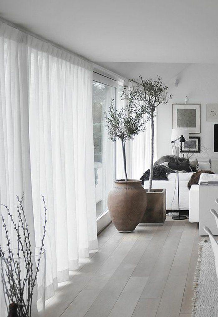 rideaux blancs en dentelle blanche et sol en parquette gris