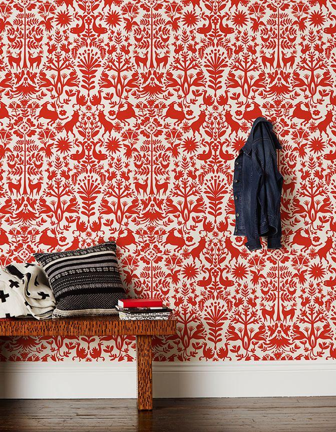 este espacio juega con las texturas por que hay diferentes, como el cojín, la pared y la mesa de madera.  al poner esa mesa el espacio no se ve tan lleno con ese papel, no te cansa mucho la vista.