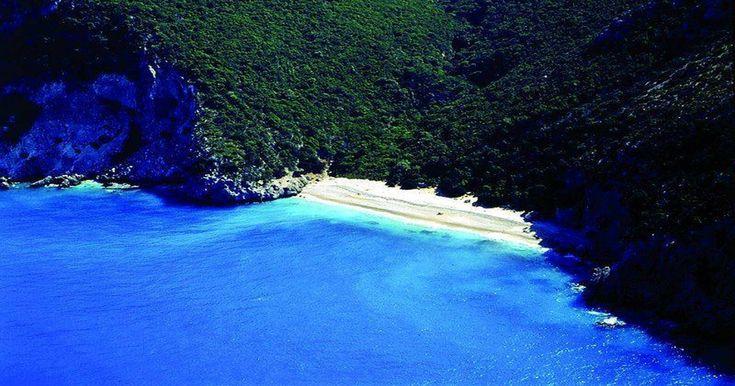 Η λευκή άμμος, το ψιλό βότσαλο και τα βαθιά γαλαζοπράσινα νερά με τον βραχώδη βυθό συνθέτουν την εικόνα της ομορφότερης «κρυμμένης» παραλίας της Ελλάδας. Ο λόγος για την μαγευτική Κουτσουπιά της Κεφαλονιάς, που μπορεί να μην είναι ιδιαιτέρως γνωστή στους τουρίστες, κερδίζει όμως αναμφισβήτητα τον… Η λευκή άμμος, το ψιλό βότσαλο και τα βαθιά γαλαζοπράσινα …