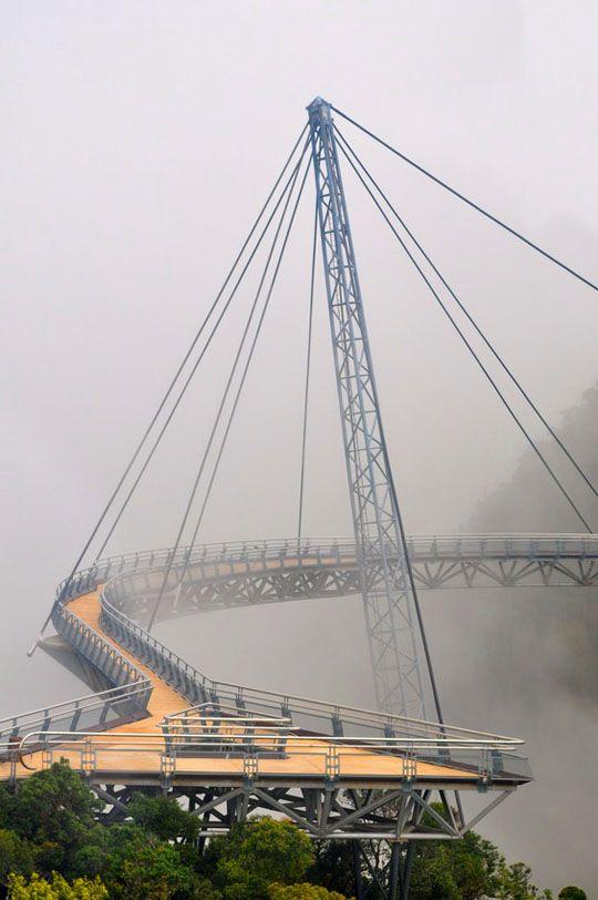 Ponte pedonal suspensa de LangkawiTopógrafo. Land Surveyor.  Repin: Topografía BGO Navarro - Estudio de Ingeniería