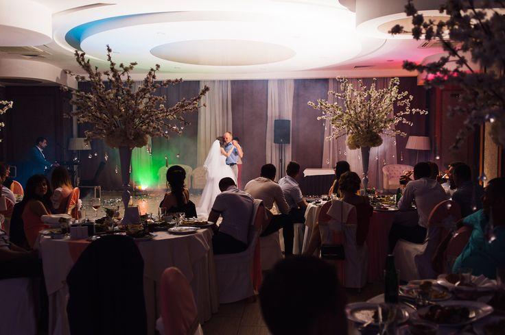 Как выбирать кафе для вашей свадьбы? . Выбор кафе или ресторана имеет грандиозное значение при создании общей концепции свадьбы. Ваши гости проведут в этом помещении большую часть праздничного дня, поэтому все должно быть продумано до мельчайших деталей. . Итак, на какие нюансы стоит обратить внимание при выборе заведения для свадебного торжества? ✨✨✨Место расположения. В идеале ресторан должен располагаться не слишком далеко от места проведения церемонии, иначе переезд будет слишком…