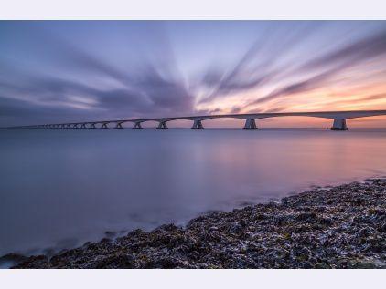 Een prachtige zonsopkomst bij de Zeelandbrug via www.fanvanzeeland.nl