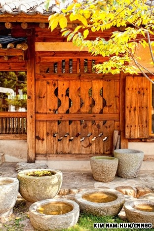 an overview of the traditional korean houses and lifestyle Hanok is an architectural term describing korean traditional houses, also referred as chosun houses hanok is typically located with mountain in back, fa.