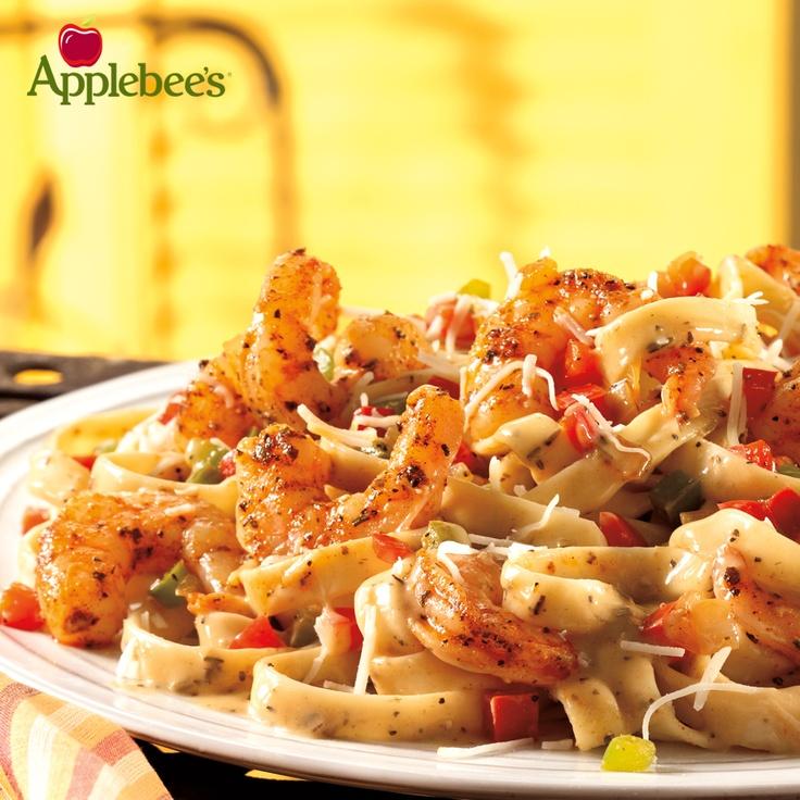 Cajún Shrimp Pasta. Frescos camarones y vegetales sazonados con Blackened. Sobre deliciosos fettuccini bañados en salsa de Cajún Alfredo. Todo esto con un toque de queso parmesano y acompañado de nuestro pan de ajo.