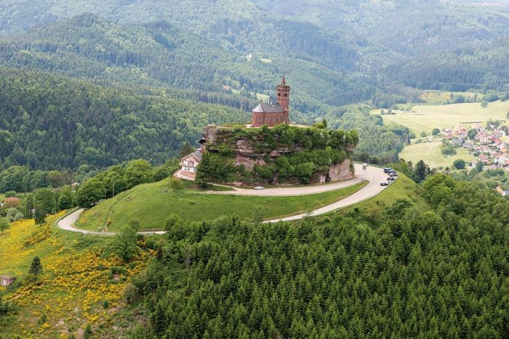 Le Rocher de Dabo, s'élève à 664 mètres et offre un point de vue panoramique à 360° sur les Vosges et le plateau lorrain. Il est coiffé d'une chapelle dédiée au pape Léon IX. #Lorraine #France