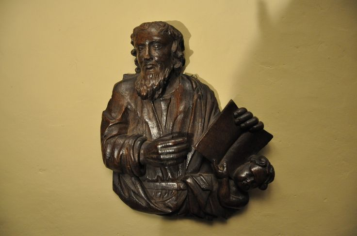 A WONDERFUL 16TH CENTURY CARVING OF ST MATHEW. FLEMISH. CIRCA 1550.