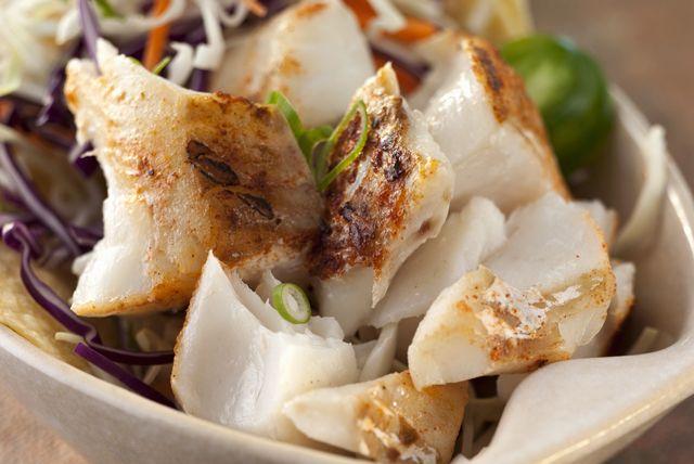 Vous aimez les tacos au poisson servis dans les restos ambulants? Voici comment en préparer vous-même! Filets frais, vinaigrette à la lime, ail, chili en poudre, salade de chou et tortillas : c'est tout ce qu'il faut!