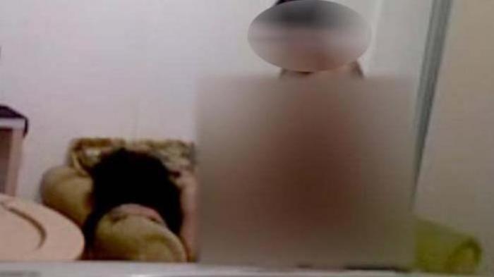 Video Seks Menteri Sandeep Kumar Dengan 2 Wanita India  Rekaman video seks Sandeep Kumar Menteri India dengan 2 wanita menyebar dan jadi topik panas berita di India, atas hal itu Ia langsung di pecat.