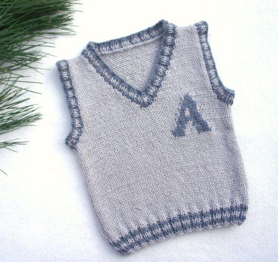 Chaleco hecho punto del bebé de mano Un simple monograma es la manera perfecta para personalizar un chaleco clásico. Hecho de hilados de lana-acrílico mezcla suave y ligero. Este chaleco puede ser un gran para acodar en invierno o simplemente sobre una camiseta en las noches de verano.