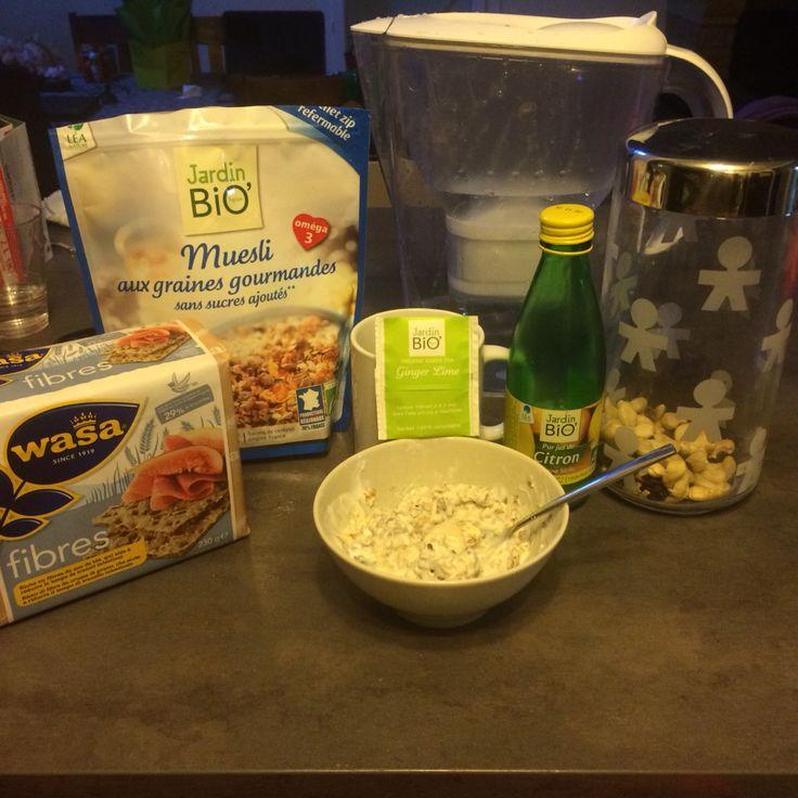 Petit déjeuner healthy : Jus de citron eau Muesli sans sucre ajoute aux graines  Wasa fibres Noix de cajous amandes The citron gingembre bio
