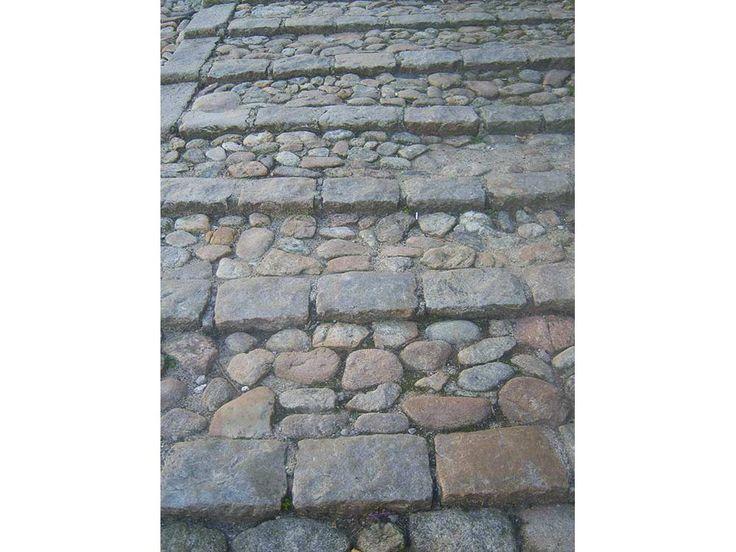 Bordures granit ; Format 15x35x35 ; Bordures anciennes posées en escalier avec des galets