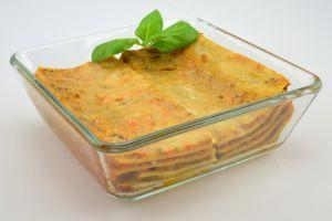 Lasagne mit Rindfleisch, Tomatensauce und Bechamelsauce, mit Käse überbacken