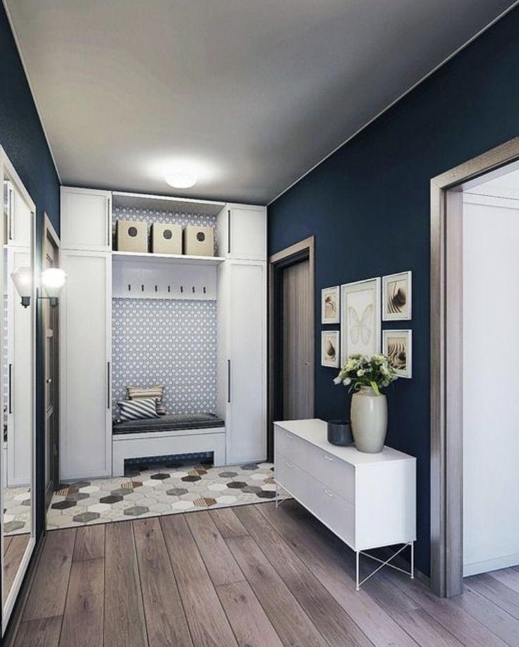 Прихожая с белой мебелью и синими стенами