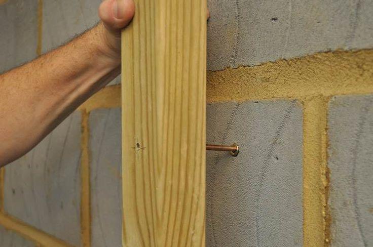 как прикрепить доску к кирпичной стене