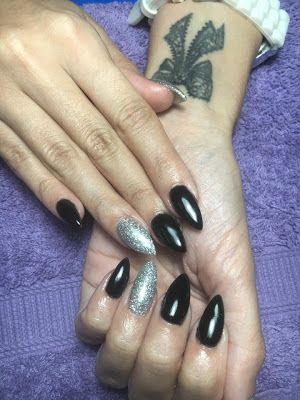 Cerasela Blog: Unghii negre si sclipici argintiu