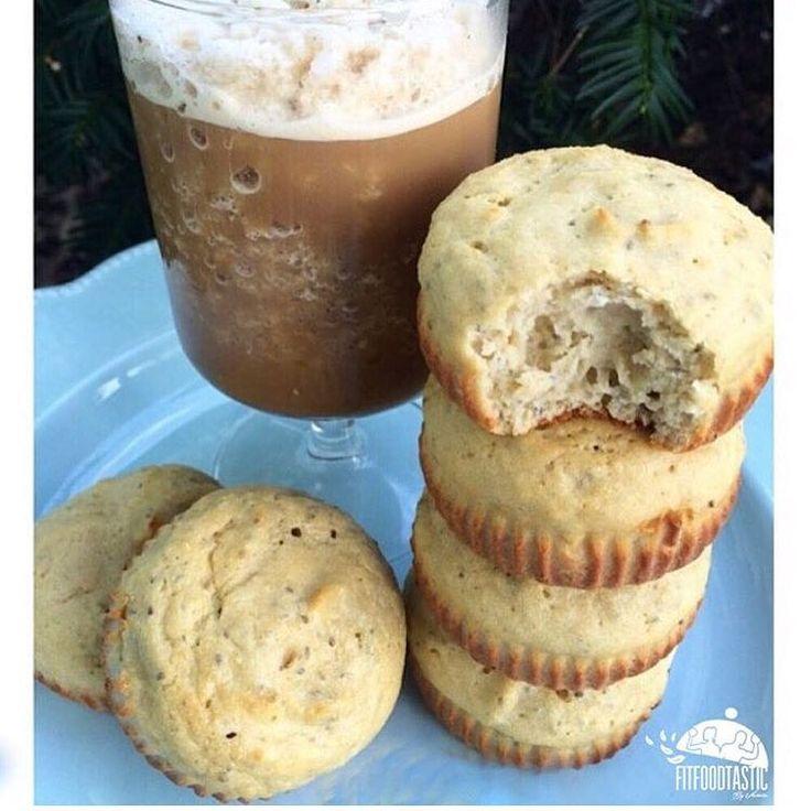 (🇺🇸Translation down below👇🏼.) Cuando se antojan hay que hacerlos! Y esta opción es divina. Muffins de Chia y 🍋 me encantan, siempre los acompaño con un late o frappuccino proteico como el de ayer!  Receta: -1 1/4 taza harina de avena.(se puede añadir proteína si gustan😉.) -1/2 taza yogur griego descremado. -1 huevo y una clara. -1 jugo de limón ➕ 1/2 cda de limón rayado. -2 cdita extracto de vainilla. -1 cda semillas de chía. -1 cdita polvo para hornear. -6-8 sobres de stevia…