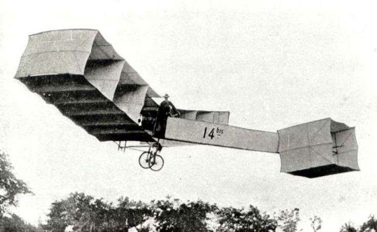 O primeiro voo do 14-Bis aconteceu em 12 de novembro de 1906. O aparelho voou por 220 metros.