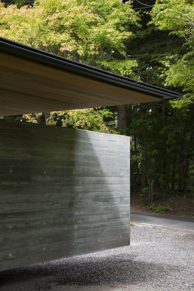 """Floating"" concrete wall at House in Hanareyama by Kidosaki Architects Studio"