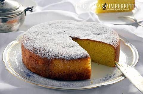 La torta al latte caldo, hot milk sponge cake, è la famosa torta soffice di Tish Boyle. Una torta con pochi, semplici ingredienti dalla consistenza sofficissima.