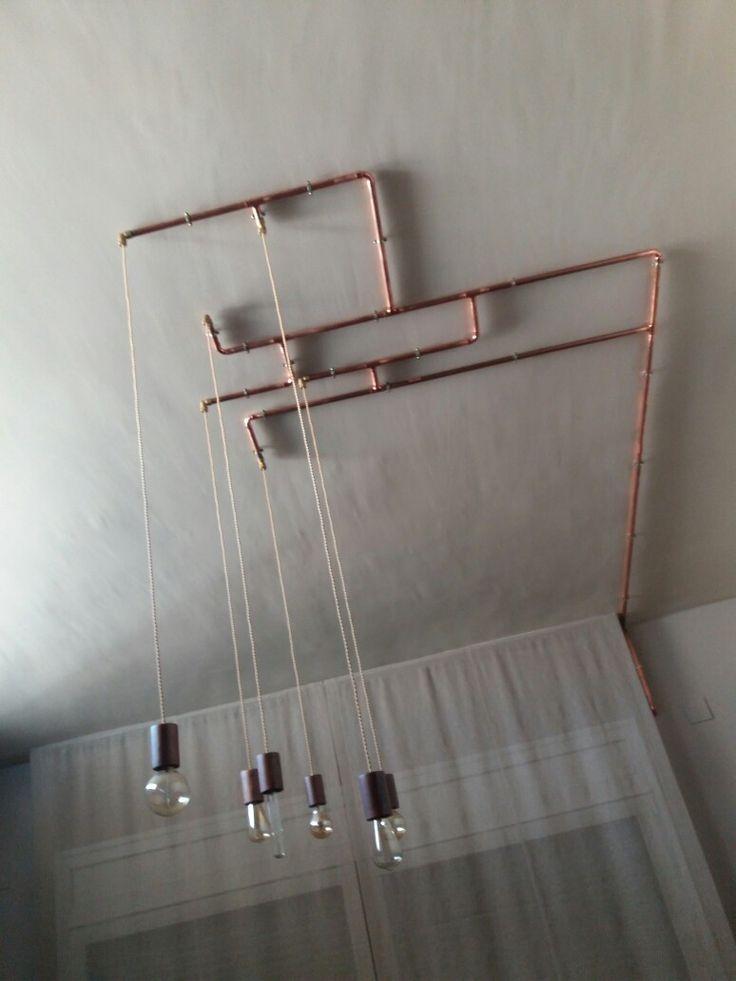 Lampara con portalamparas de madera y tubo de cobre