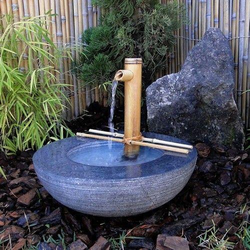 """Jardim Japonês.  Fonte do tipo """"TSUKUBAI WABI """". A fonte é um elemento importantíssimo para o jardim japonês, inicialmente usado nos jardim do Chá (Nihon Teien) - na entrada da casa do chá os convidados lavam as mãos e através deste ato executam um ritual de purificação simbólica, ficando o tsukubai em uma posição mais baixa para que o convidado se incline em reverência. Atualmente foi incorporado aos Jardins modernos para introduzir o elemento água e como reverência à tradição."""