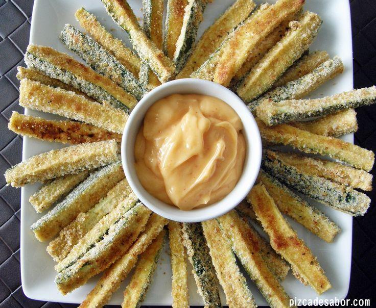 """Deliciosas """"papitas"""" o palitos de calabacita o zucchini horneados con una salsa de mayonesa picante (con salsa sriracha). Adictivos y deliciosos, te van a encantar."""