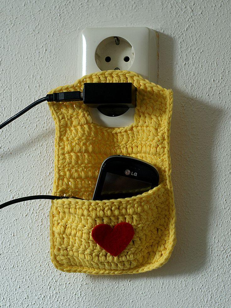 Er komt binnenkort weer een nieuw haakpatroon op mijn blog. Ik heb deze leuke opladerhouder voor de mobiele telefoon ontworpen.