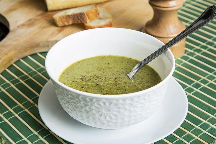 Potage aux légumes verts et pesto de basilic #recettesduqc #soupe #potage