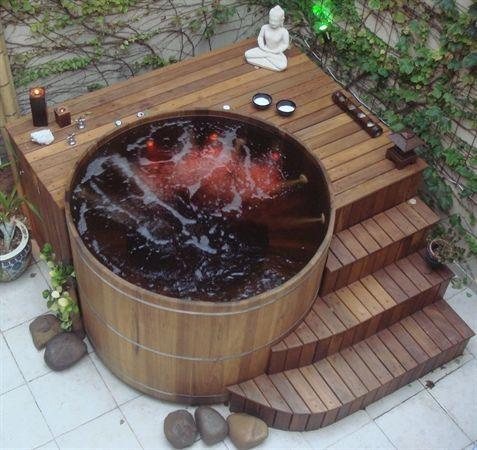 Ich denke, dass wir wohl alle davon träumen, so einen Tub im Garten zu haben. Selbst habe ich leider nur einen kleinen Balkon, ab wenn ich einen Garten hätte, dann wäre so ein Hot Tub etwas, wofür das Sparen lohnenswert wäre. Schau dir die herrlichen Beispiele an…….ich werde selbst schon ganz lyrisch davon!