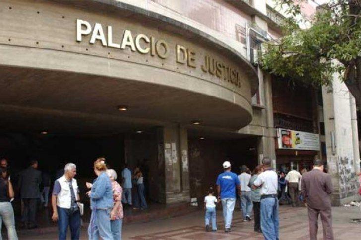 <p>11/01/2016/El Diario de Caracas/YR La tarde de este lunes se pudo conocer que los diputados suplentes electos a la Asamblea Nacional(AN), Renzo Prieto y Rosmit Mantilla, fueron trasladados al Palacio de Justicia por su presunta vinculación con un motín que…</p>