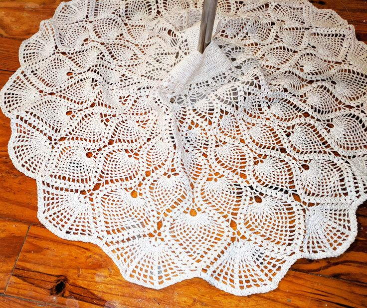 This tree skirt pattern maximizes the pineapple motif with a finish in fans. Using 2 strands of size 10 crochet thread yields a skirt that measures 40 inches across. Using 1 strand of size 10 crochet thread will yield a skirt that is 27 inches across.