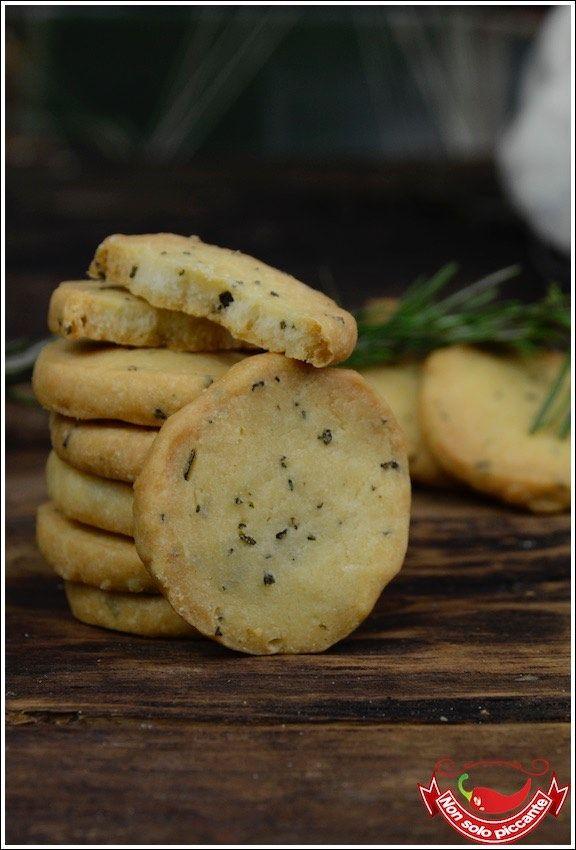 I biscotti salati al rosmarino sono ideali per essere sgranocchiati durante un aperitivo o per un antipasto un po' diverso dal solito.