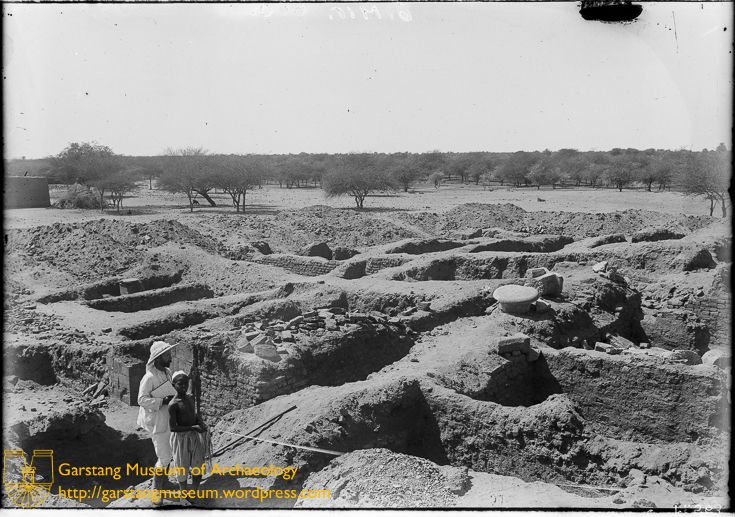 JG-M-B-010 (1910) – The scale of the site proved a significant challenge for Garstang during excavation. Here, Garstang and a boy can be seen in the foreground, looking out over the Isis Temple at site 600 at Meroë.