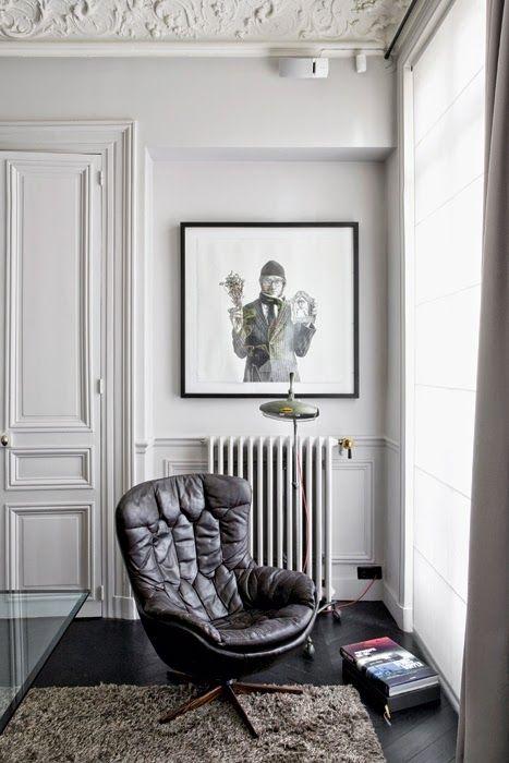 Gosto de ver estruturas interiores clássicas, mas os apartamentos decorados com mobiliário mais moderno. O contraste é inusitado e muito chique. Este apartamento parisiense está muito bem decorado,…