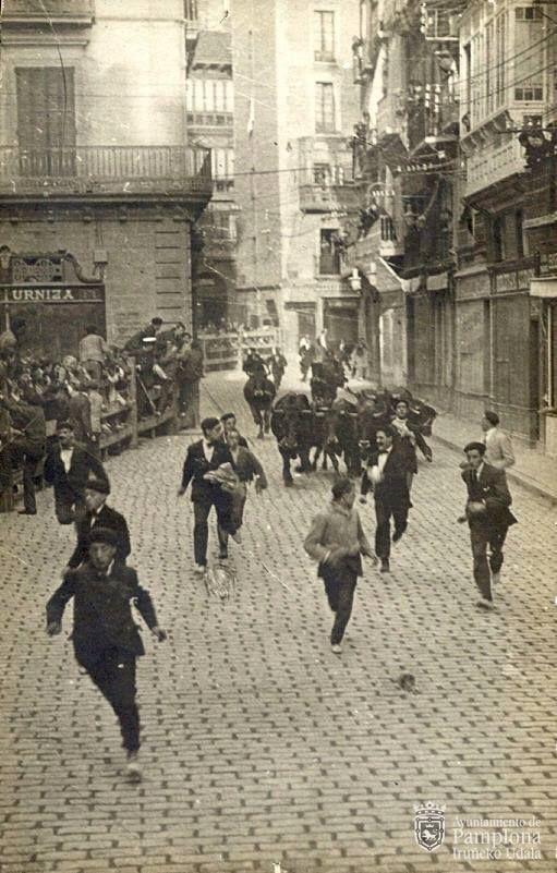 1919. Encierro #SanFermín Imagen del Archivo Municipal de Pamplona. Colección RJubera (Roldán)